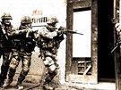 Vstup do budovy v rámci nácviku obsazení objektu a zadržení nepřítele, který...