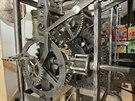 Unikátní příklad kovářského umu - věžní hodinový stroj, který ležel 65 let ve...