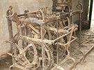Stav věžního hodinového stroje po nálezu ve farní stodole v Lipníku nad Bečvou,...
