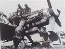 Žáci vojenské školy se na ukořistěných stíhačkách (na snímku Messerschmitt...