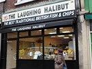 Za národní pokrm je možné považovat Fish&chips, tedy smaženou tresku (případně