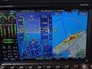 Primární obrazovka při letu kolem severního pobřeží Mallorky. Červené plošky na mapě zobrazují terén, který je výše než letadlo a žluté cokoliv, co je níže jen o 30-300 metrů (tzn. varování).