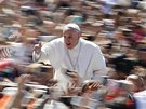 Pape� Franti�ek m�v� poutn�k�m p�i sv�m p��jezdu na velikono�n� m�i na