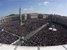 Zapln�n� Svatopetrsk� n�m�st� ve Vatik�nu sledovali pape�ovu velikono�n� m�i.