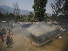 Kouř stoupá při smutečním obřadu za třináct mrtvých šerpů v jedné z nepálských