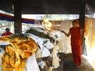 Budhistický mnich zapaluje tělo šerpy, který v pátek zemřel na stěně Mount