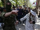 Neoznačený voják ve Slavjansku odvádí novinářku Irmu Kratovou z tiskové