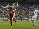NASKOČ SI. Sergio Ramos z Realu Madrid naskočil na prothráče z Bayernu Mnichov,
