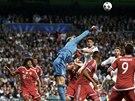 NAD HLAVAMI. Brankář Bayernu Manuel Neuer boxuje balon, který přiletěl do jeho