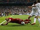 NA NĚJ. Fotbalisté Realu Madrid společnými silami poslali na trávník hvězdu