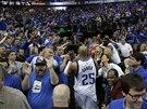 MUŽ ČINU. Vince Carter slaví s fanoušky Dallasu rozhodující koš proti San