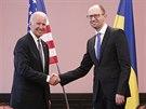 Americký viceprezident Joe Biden (vlevo) se  setkal s ukrajinským premiérem...