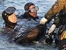 Potápěči hledají lidi uvězněné lidi v potopeném jihokorejském trajektu. Šance,...