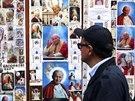 Řím se chystá na svatořečení dvou papežů. Pohlednice a portréty zachycují Jana...