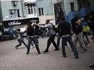 Střety proruských a proukrajinských demonstrantů v Doněcku (28. dubna 2014).