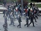 Proruští aktivisté nahánějí demonstranty za jednotu Ukrajiny (Doněck, 28. dubna...