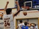 KOŠ V POSLEDNÍ SEKUNDĚ. Děčínský basketbalista Pavel Bosák právě rozhoduje