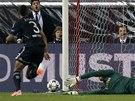 Mark Schwarzer, brankář Chelsea, zasahuje proti střele na stadionu Atlétika.