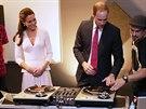 Princ William a jeho man�elka Kate si v komunitn�m centru vyzkou�eli d�d�ejsk�...