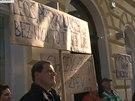 Manifestace na podporu Lucie �ilh�nov� p�ed r�diem Evropa 2 (25. dubna 2014)