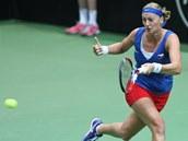 STÍHÁM. Petra Kvitová v semifinále Fed Cupu v souboji proti Italkám.
