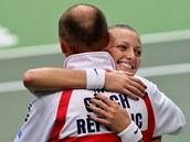 OBJETÍ. Petra Kvitová slaví s kapitánem Petrem Pálou postup do finále Fed Cupu.