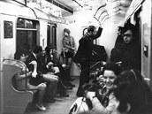 V prvn�ch dnech provozu metra byly k vid�n� nev�edn� situace, jako nap��klad husa i Hus�k  v metru