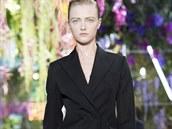 """Černý oblek s klasickým sakem """"Bar"""" na přehlídce Dior jaro - léto 2014"""
