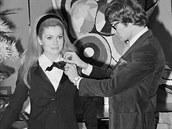 Francouzská herečka Catherine Deneuve v dámském smokingu s módním návrhářem...