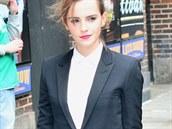 Herečka Emma Watsonová v dámském smokingu Saint Laurent