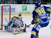 Brn�nsk� g�lman Trvaj zasahuje proti st�ele zl�nsk�ch hokejist�.