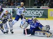 Zl�nsk� g�lman Ka��k zasahuje proti st�ele brn�nsk�ch hokejist�.
