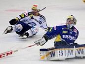 Zl�nsk� g�lman Ka��k zasahuje proti brn�nsk�m  hokejist�m.