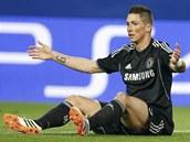 PROČ MĚ POŘÁD FAULUJETE? Fernando Torres, útočník Chelsea, během duelu na Atlétiku Madrid.
