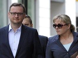 Petr Nečas doprovází manželku Janu na výslech. 24. dubna 2014