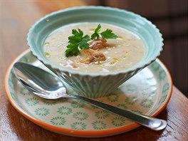 Vinná polévka s bílou treskou