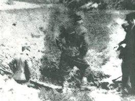 Unikátní fotografie kráteru po dopadu letounu Vasilije Staška v dubnu 1945.