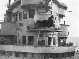 Kapitánský můstek letadlové lodi HMS Illustrious poškozený náletem kamikaze.