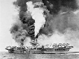 Letadlová loď HMS Victorious po zásahu kamikaze.