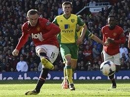 PROMĚNĚNÁ PENALTA. Wayne Rooney, útočník Manchesteru United, si dává pravačkou...