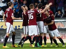 SPARTA SLAVÍ. Letenští fotbalisté se radují z gólu v utkání proti Liberci. A...