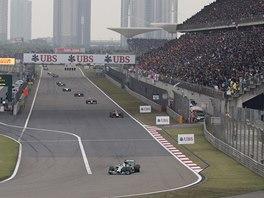 S NÁSKOKEM. Lewis Hamilton vede Velkou cenu Číny formule 1.