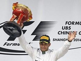 S TROFEJÍ. Lewis Hamilton po vítězství ve Velké ceně Číny formule 1.