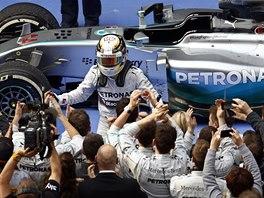 DÍKY VÁM. Lewis Hamilton slaví s týmem Mercedesu vítězství ve Velké ceně Číny.