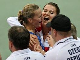 JÁSOT. Petra Kvitová slaví s Lucií Šafářovou postup do finále Fed Cupu.
