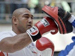 Australský boxer Alex Leapai před zápasem o titul mistra světa v těžké váze.