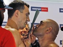 Ukrajinský obhájce titulu Vladimir Kličko (vlevo) a australský boxer Alex