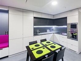 Kuchyňská linka vyplňuje prostor od podlahy do stropu. Díky světlému provedení