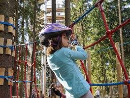 Stezku korunami stromů doplňuje moderní park nízkých lan, kde se vyřádí děti.