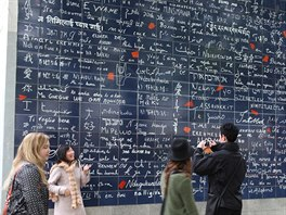 Nová atrakce Paříže – Zeď lásky nedaleko Montmartre, na níž je napsáno Miluji...